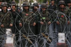 5月25日、クーデターを宣言したタイ軍は、王室を侮辱したり、秩序を乱したりする者は軍事裁判所で裁くと表明し、拡大する抗議活動を背景に国内統制を強めた。バンコクで24日撮影(2014年 ロイター/Damir Sagolj)